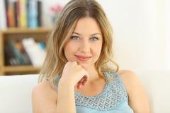 Retrato de una mujer con los ojos azules que le miran Imagen de archivo libre de regalías