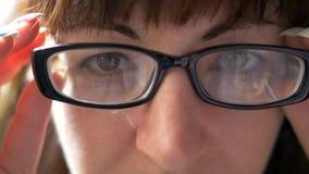 Retrato de una mujer con los vidrios que miran en la cámara, primer fotografía de archivo libre de regalías