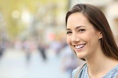 Retrato de una mujer con sonrisa perfecta en la calle Fotografía de archivo libre de regalías