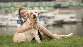 Retrato de una mujer con su perro hermoso que miente al aire libre fotos de archivo libres de regalías