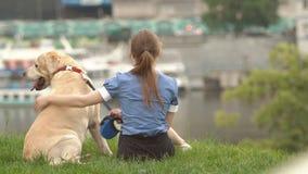 Retrato de una mujer con su perro hermoso que miente al aire libre almacen de video