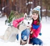 Retrato de una mujer con su perro hermoso que se sienta al aire libre Imagen de archivo