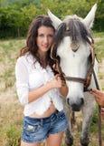 Retrato de una mujer con un caballo Imagen de archivo