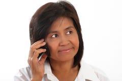 Retrato de una mujer con un móvil fotos de archivo
