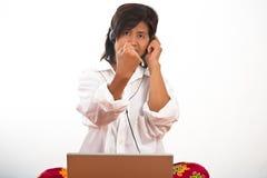Retrato de una mujer con un receptor de cabeza fotografía de archivo libre de regalías