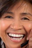 Retrato de una mujer con un receptor de cabeza imagenes de archivo