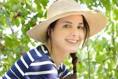 Retrato de una mujer con un sombrero de paja Fotografía de archivo libre de regalías