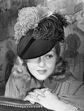 Retrato de una mujer con un sombrero emplumado (todas las personas representadas no son vivas más largo y ningún estado existe Th foto de archivo libre de regalías