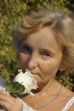 Retrato de una mujer con una rosa Imágenes de archivo libres de regalías
