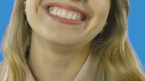 Retrato de una mujer Cuidado dental Primer de una mujer joven que sonríe, aislado en fondo verde almacen de video