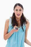 Retrato de una mujer dada una sacudida eléctrica que lee un mensaje de texto Fotografía de archivo