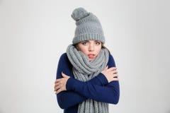 Retrato de una mujer de congelación en paño del invierno Imagenes de archivo