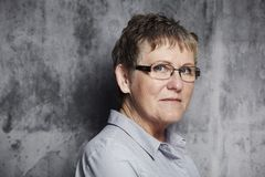 Retrato de una mujer de mediana edad Foto de archivo libre de regalías