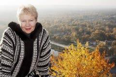 Retrato de una mujer de mediana edad sonriente en el fondo del Imagen de archivo libre de regalías