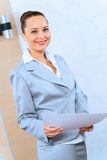 Retrato de una mujer de negocios acertada Imagen de archivo libre de regalías