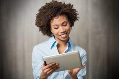 Empresaria que usa la tableta de Digitaces Imagen de archivo