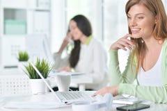 Retrato de una mujer de negocios agradable con un ordenador portátil Fotos de archivo