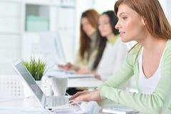 Retrato de una mujer de negocios agradable con un ordenador portátil Fotos de archivo libres de regalías