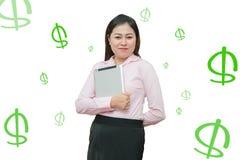 Retrato de una mujer de negocios asiática feliz con la tableta - beneficie el dinero que aparece de la pantalla Concepto en línea Fotografía de archivo libre de regalías