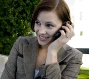 Retrato de una mujer de negocios atractiva en un teléfono móvil. imagen de archivo