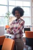 Retrato de una mujer de negocios casual negra joven Imágenes de archivo libres de regalías