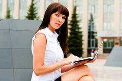 Retrato de una mujer de negocios en el trabajo Imagen de archivo libre de regalías