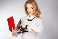 Retrato de una mujer de negocios feliz joven con un ordenador portátil Imágenes de archivo libres de regalías