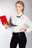 Retrato de una mujer de negocios feliz joven con un ordenador portátil Foto de archivo