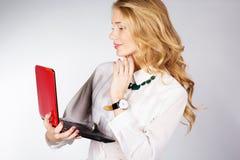 Retrato de una mujer de negocios feliz joven con un ordenador portátil Imagen de archivo