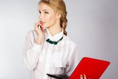 Retrato de una mujer de negocios feliz joven con un ordenador portátil Imagenes de archivo