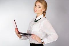 Retrato de una mujer de negocios feliz joven con un ordenador portátil Fotos de archivo
