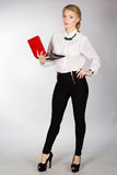 Retrato de una mujer de negocios feliz joven con un ordenador portátil Imagen de archivo libre de regalías
