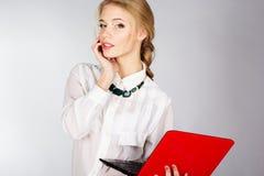 Retrato de una mujer de negocios feliz joven con un ordenador portátil Fotografía de archivo