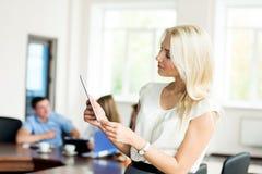 Retrato de una mujer de negocios joven con una tableta en Imagen de archivo