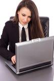 Retrato de una mujer de negocios joven feliz que usa el ordenador portátil Foto de archivo libre de regalías