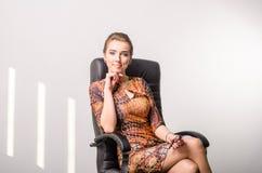 Retrato de una mujer de negocios joven que usa el ordenador portátil en la oficina Imagen de archivo libre de regalías