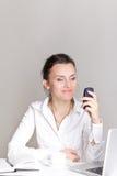 Retrato de una mujer de negocios joven sonriente Fotografía de archivo libre de regalías