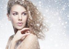 Retrato de una mujer descubierta joven en un fondo de la nieve Imágenes de archivo libres de regalías