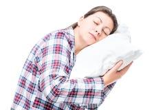 Retrato de una mujer durmiente en una almohada en un blanco Imágenes de archivo libres de regalías