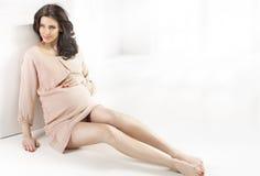 Retrato de una mujer embarazada alegre Fotografía de archivo