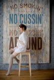 Retrato de una mujer embarazada joven en la camisa blanca en estudio de la foto Fotografía de archivo libre de regalías