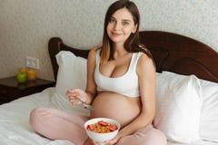 Retrato de una mujer embarazada joven feliz Fotografía de archivo libre de regalías