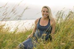 Retrato de una mujer embarazada rubia hermosa joven en el lado de la playa Imágenes de archivo libres de regalías