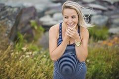 Retrato de una mujer embarazada rubia hermosa joven en el lado de la playa Fotografía de archivo libre de regalías