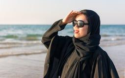 Retrato de una mujer en abaya en la playa Imagenes de archivo