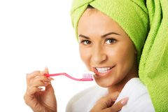 Retrato de una mujer en dientes de cepillado de la albornoz Foto de archivo