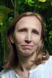 Retrato de una mujer en el fondo de plantas Foto de archivo