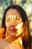 Retrato de una mujer en el sol Imágenes de archivo libres de regalías
