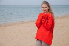 Retrato de una mujer en el suéter rojo Imagen de archivo