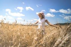 Retrato de una mujer en un fondo del campo de trigo Imagenes de archivo